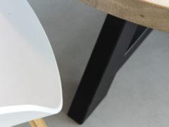 Rustiek-eiken-ronde-tafel-Stalen-onderstel-Driepoot-met-middenbalk